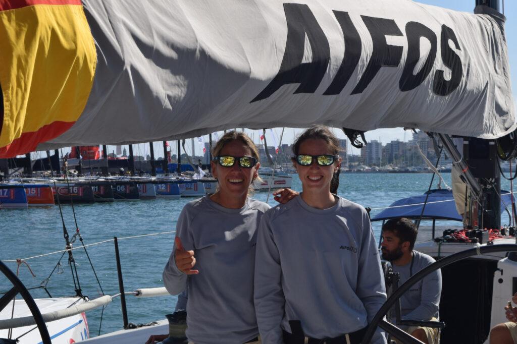 Natalia Díaz y Nerea Lenos con gafas flotantes Kahaway AIFOS amarillas
